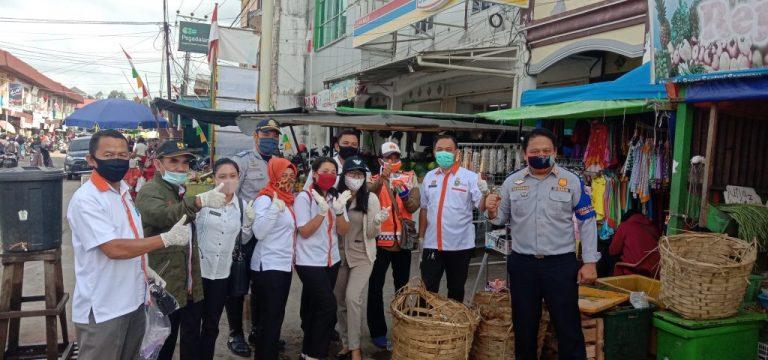 """Dukung Kegiatan """"Gebrak Masker"""" Dinas Perumahan Cipta Karya Tata Ruang dan Pertanahan Kabupaten Sanggau Bagi – Bagi Masker Di Pasar Jarai"""
