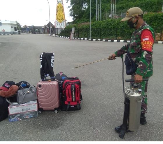 Personel TNI Perketat Berlakukan Protokol Kesejahatan Kepulangan PMI di PLBN Entikong