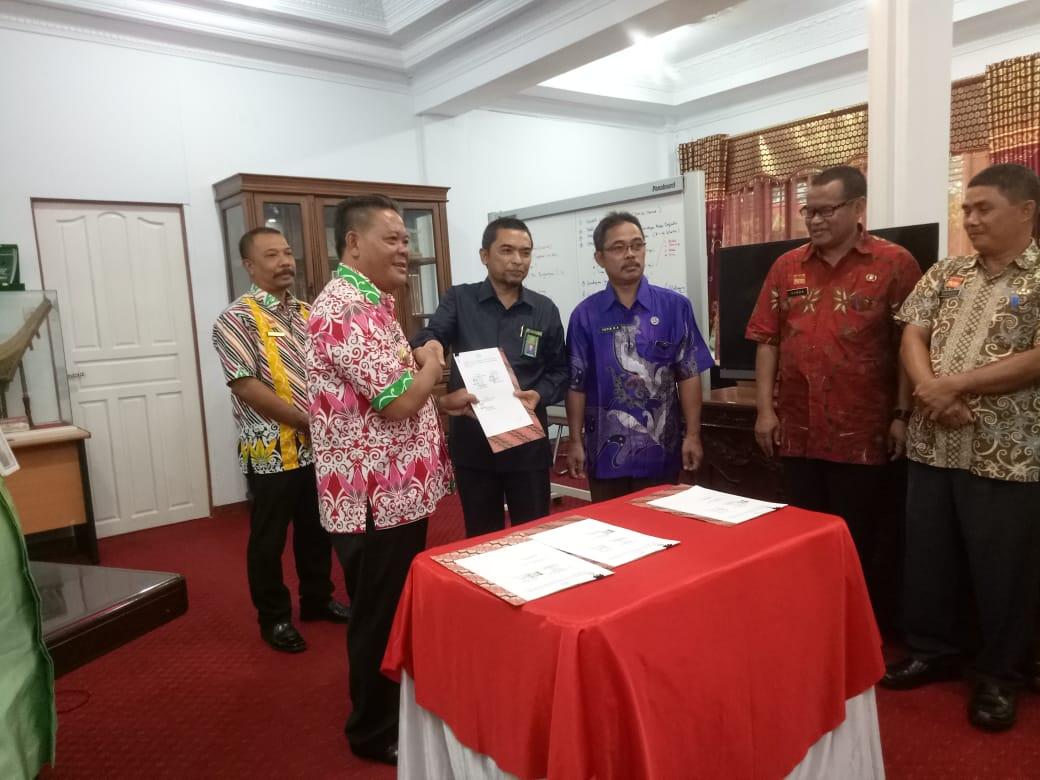 Penandatanganan BUPATI Sanggau atas MOU tentang Status Hukum Pencatatan Perkawinan dan Kelahiran