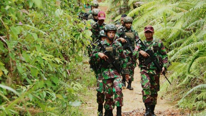 Satgas Yonif Raider 641 Bersama Kopassus Patroli di Perbatasan Entikong Sanggau