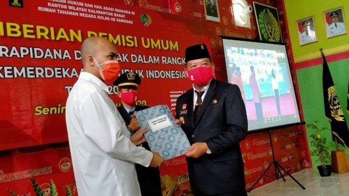 Bupati Paolus Hadi Serahkan SK Remisi Umum HUT Ke-75 RI Kepada 167 Narapidana di Rutan Sanggau