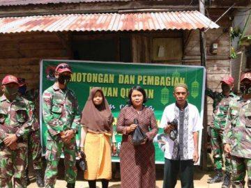 Satgas Yonif R-641 Bagikan Daging Qurban Kepada Warga Entikong Sanggau