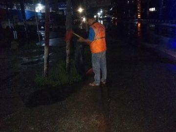 Tetap Semangat Walau Hujan, Petugas Kebersihan Bersihkan Kota Sanggau