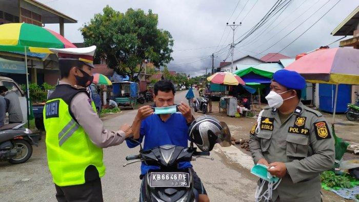Polres Sanggau Bagikan Masker di Terminal Bis dan Pasar Jarai