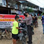 Polsek Kembayan Polres Sanggau Kampanye Pembagian Masker Serentak