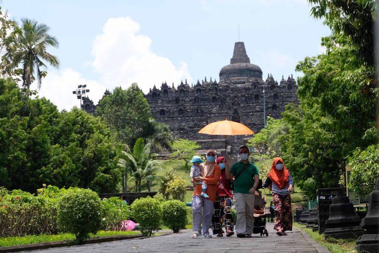 Sejumlah wisatawan berada di kompleks Taman Wisata Candi (TWC) Borobudur, Magelang, Jateng, Rabu (28/10/2020). Memasuki musim libur panjang kali ini wisatawan dari berbagai daerah mulai mengunjungi kawasan wisata candi Borobudur meskipun tidak diperbolehkan menaiki candi dan hanya dibatasi hanya 3.000 pengunjung per hari. ANTARA/Anis Efizudin