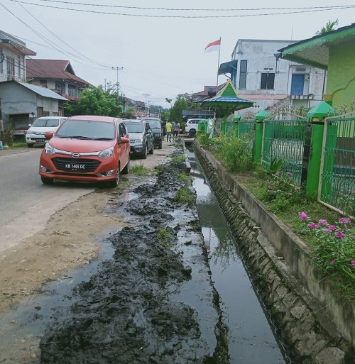 Drainase Air Sumbat, Bidang Pertamanan DLH Lakukan Pembersihan – Dinas Lingkungan Hidup
