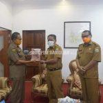 Kepala Inspektorat Masuki Purna Bakti, Bupati Sanggau Berikan Cindera Mata