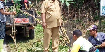 Dinas LH Sanggau Bersihkan Material Penyumbat Drainase di Tanjakan Semboja