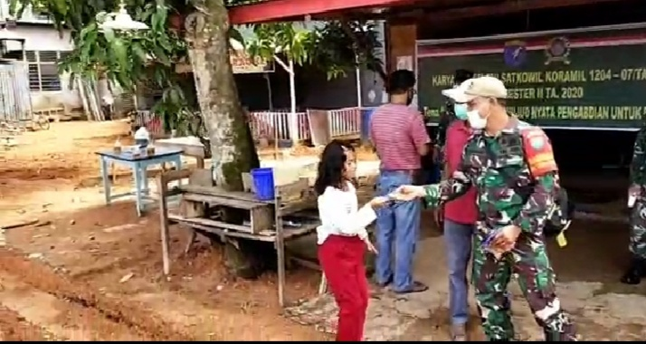 Koramil 1204/07 Tayan Hilir dan Pemdes Pulau Tayan Utara Bagi Masker Gratis dan Sosialisasi Prokes