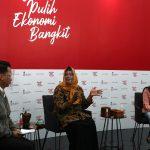 Suwanti pengusaha UMKM kerajinan tangan (tengah) dan Iis Suminar, pengusaha UMKM kuliner pecel dan gado gado dipandu oleh Mochamad Achir, praktisi media dan komunikasi menjadi pembicara dalam dialog produktif bertema Pejuang ekonomi garis depan wirausahawan usaha mikro di Jakarta, Senin, 9 November 2020.