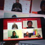 Tiga guru dan dosen penerima manfaat BSU Deswita Supriyatni (Dosen di Cimahi), Sri Murni (Dosen di Lampung) (kiri bawah), dan Arya Wiratman (Guru di Jakarta Timur) (kanan atas) berdiskusi mengenai Mendukung Para Pendidik Tetap Berkarya di Jakarta, Rabu, 25 November 2020.