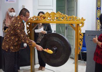 Pemukulan Gong Menandakan Dibukanya Kegiatan Bimtek SIKS-NG dan SIDOMPU oleh Setda Sanggau