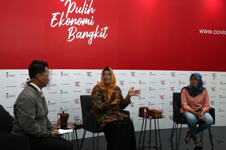 Suwanti pengusaha UMKM kerajinan tangan (tengah) dan Iis Suminar, pengusaha UMKM kuliner gado gado dipandu oleh Mochamad Achir, praktisi media dan komunikasi menjadi pembicara dalam dialog produktif bertema Pejuang ekonomi garis depan wirausahawan usaha mikro di Jakarta, Senin, 9 November 2020.