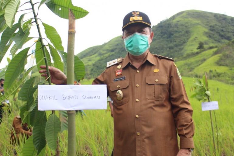 Tanam Pohon di Dusun Telogah, Wabup Sanggau: Mudah-Mudahan Kedepan Tempat Ini Menjadi Destinasi Wisata Buah-Buahan
