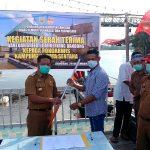 Bupati Sanggau menyerahkan Bantuan berupa Speedboat Keriang Bandong