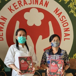 Dekranasda Sanggau Terima Lima Buku Pesona Baju Adat Pengantin Indonesia