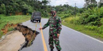 Jalan antar negara di Entikong Kalbar amblas 10 meter