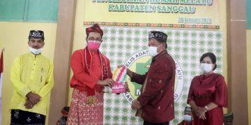 Penyerahan pengelolaan rumah adat Melayu dari Bupati Sanggau kepada pengurus DPD MABM