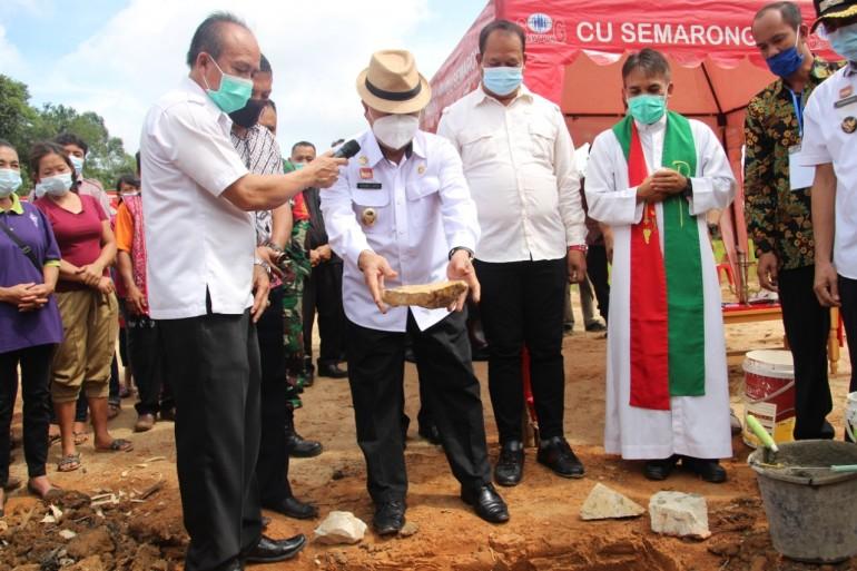 Wakil Bupati Sanggau Melakukan Peletakan Batu Pertama Gereja Katolik Stasi Santo Yosef Desa Kedakas