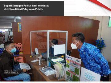 BERITA POTO : Bupati Sanggau Paolus Hadi meninjau aktifitas pelayanan di Mall Pelayanan Publik, Rabu (17/02/21). Saat di loket BPJS, Bupati Sanggau bertemu dan bertanya kepada salah satu pengunjung yang sedang mengurus administrasi, saat ini proses pelayanan begitu lebih cepat (dok prokopim).