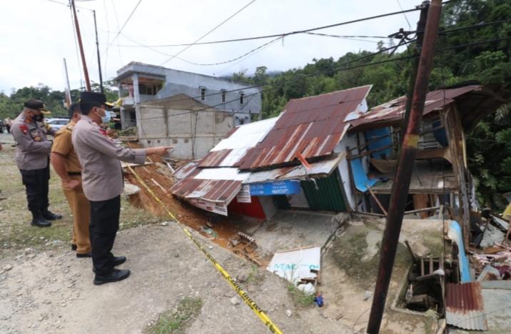 Kunker ke Entikong, Kapolda Kalbar Salurkan Bantuan Kepada Warga Korban Rumah Ambruk – Radar Kalbar
