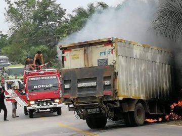 Mobil Terbakar Usai Tabrakan di Jalan Raya Bodok-Sosok