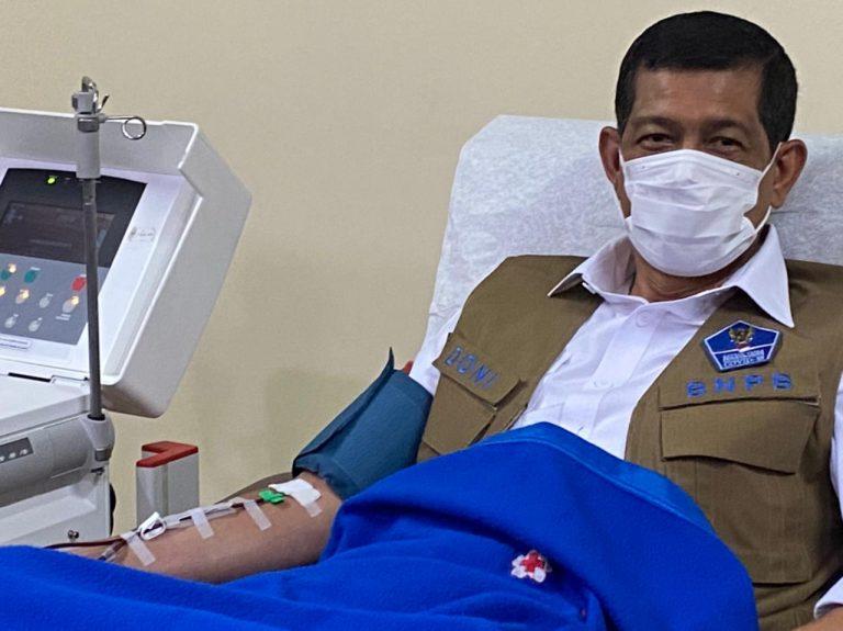 17 Hari Bebas COVID-19, Doni Monardo Donor Plasma Konvalesen - Berita Terkini