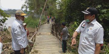 Kadis BMSDA Sanggau Tinjau Jembatan Rusak, Janji Akan Ditangani
