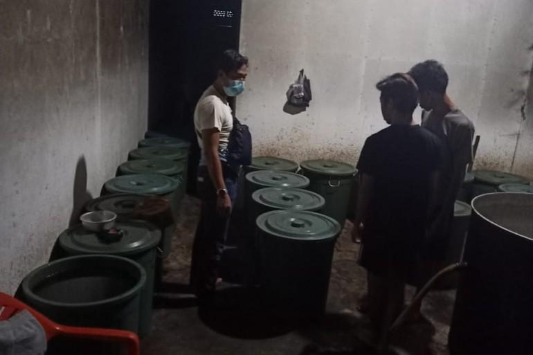 Petugas Polsek Tayan Hulu Grebek Rumah Kontrakan Produksi Miras