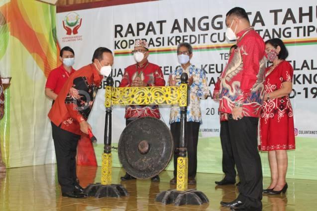 Dipukulnya Gong Sebagai Tanda Dibukanya RAT CU Lantang Tipo TB 2020 Oleh Wakil Bupati Sanggau
