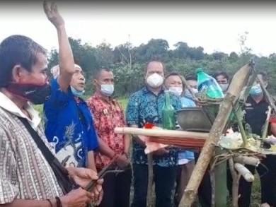 Bangun Irigasi, Petani Tayan Hulu Gelar Ritual Adat Ngudas