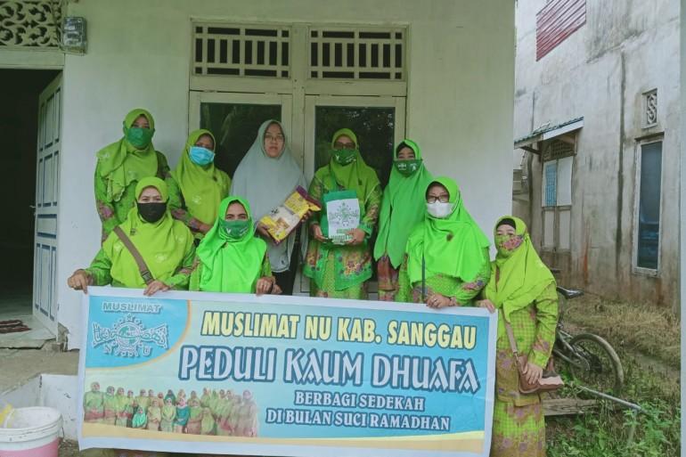 Wujud Empati pada Kaum Duaffa dan Janda Tua, Pengurus Muslimat NU Sanggau Bagikan Belasan Paket Sembako