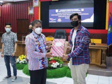 Penyerahan Hadiah Lomba Mural, Foto Berbusana Adat Nusantara dan Foto Pariwisata, Ini Pesan Bupati Sanggau