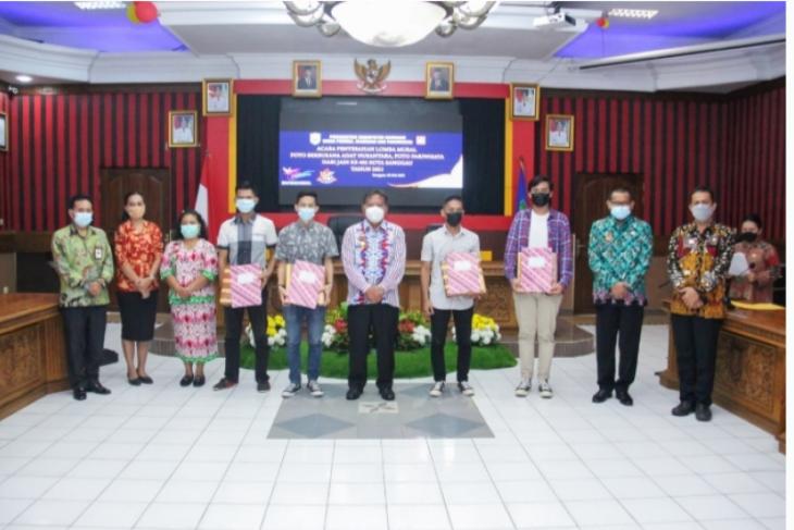 Bupati PH serahkan hadiah pemenang lomba harjad Kota Sanggau