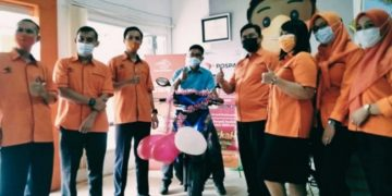 Warga Meliau dapat 1 unit Beat dariProgram Customer Reward Pospay