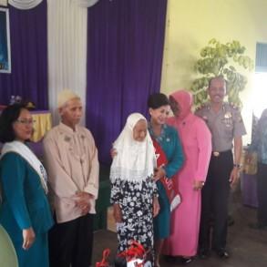 100 Lansia di Kecamatan Mukok Dapat Sembako dari Pemerintah Kabupaten Sanggau