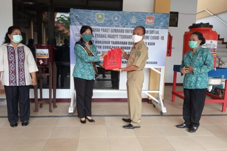 Ketua TP-PKK dan Bunda PAUD Kabupaten Sanggau Kembali Salurkan Bantuan Paket Sembako, Masker dan Alat Cuci Tangan di Tiga Kecamatan