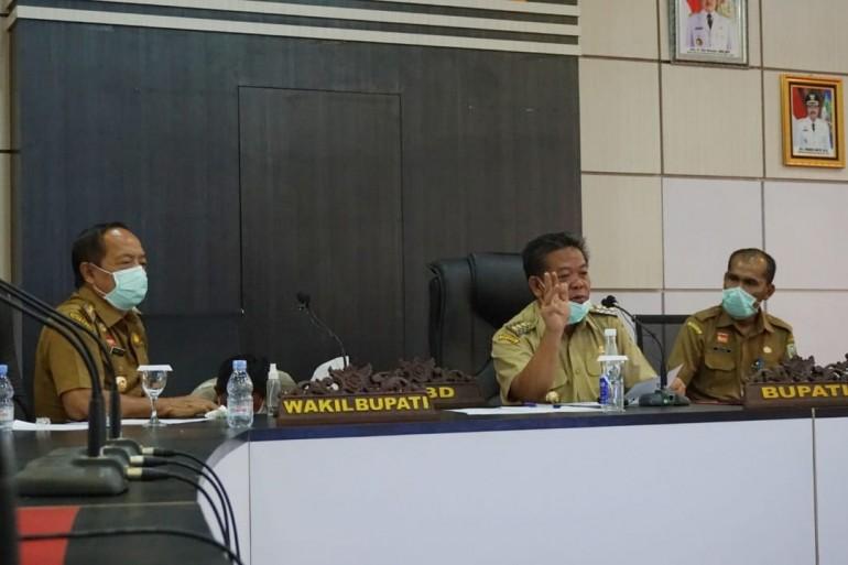Bupati Sanggau Lakukan Vidcon Bersama Para Camat Terkait Perkembangan Penanganan Covid-19