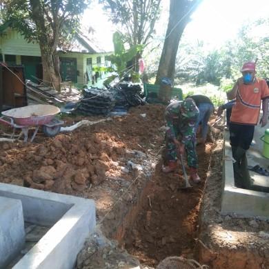 Personel Zidam XII Tpr Bangun Fasum di Sanggau Perbatasan Negara