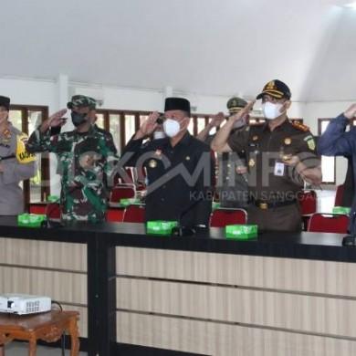 Bupati Sanggau beserta Forkopimda Kabupaten Sanggau Mengikuti Upacara Peringatan Hari Berkabung Daerah Secara Daring