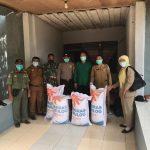 Penyerahan Bantuan Beras 200 Kg bagi Masyarakat Terkonfirmasi Covid-19 di Kecamatan Jangkang