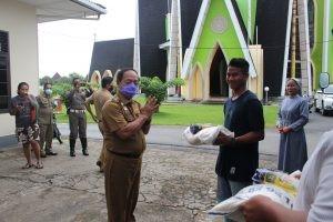 Wabup Sanggau Salurkan Bantuan Beras Sebanyak 2.150 Kg Kepada Masyarakat Yang Terdampak Covid-19