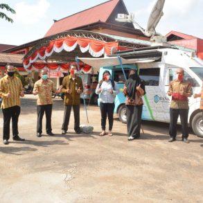 Badan Pendapatan Daerah, Dinas Perhubungan Kabupaten Sanggau Beserta Pihak Satlantas Kab. Sanggau Mengadakan Pembagian Gerakan Memakai dan Membagikan Masker Bagi Wajib Pajak ( WP ) Sanggau Serta Masyarakat Umum Kabupaten Sanggau.