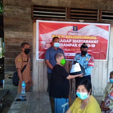 Peduli Keluhan Warga Ditengah Pandemi, Kakanim Klas II TPI Sanggau Serahkan Bantuan di Pulau Tayan