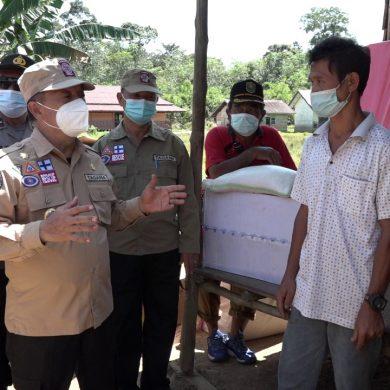 Wabup Sanggau Serahkan Bantuan Kepada Korban Angin Puting Beliung