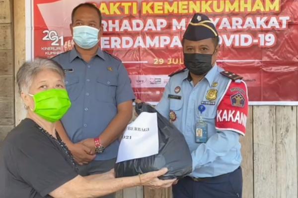 Peduli Kondisi Warga Ditengah Pandemi, Kanim Klas II TPI Sanggau Salurkan Bantuan