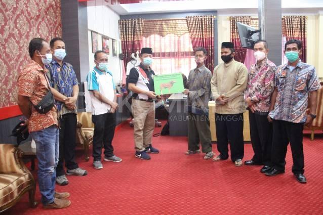 Wabup Sanggau Serahkan Sapi Kurban Kepada Masjid Al-Hidayah Dusun Mekar Sari Desa Lintang Kapuas