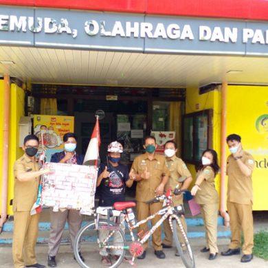 ak De Jhoni begitu dia sapa berkeliling Indonesia dengan menggunakan sepeda ontel