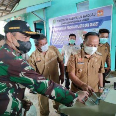 Atasi Sampah Plastik, Pemkab Sanggau Hibahkan Mesin Pencacah kepada Bank Sampah Kampung Lestari dan Bank sampah PKBM Desa Nusantara
